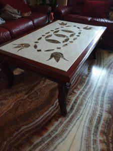 Unikatan i ekskluzivni primerak klub stola od više vrsta mermera botticino i emperador dark, postolje od drveta slavonskog hrasta