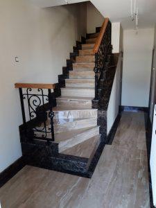 Stepenice od mermera Breccia Sarda i Emperador Dark