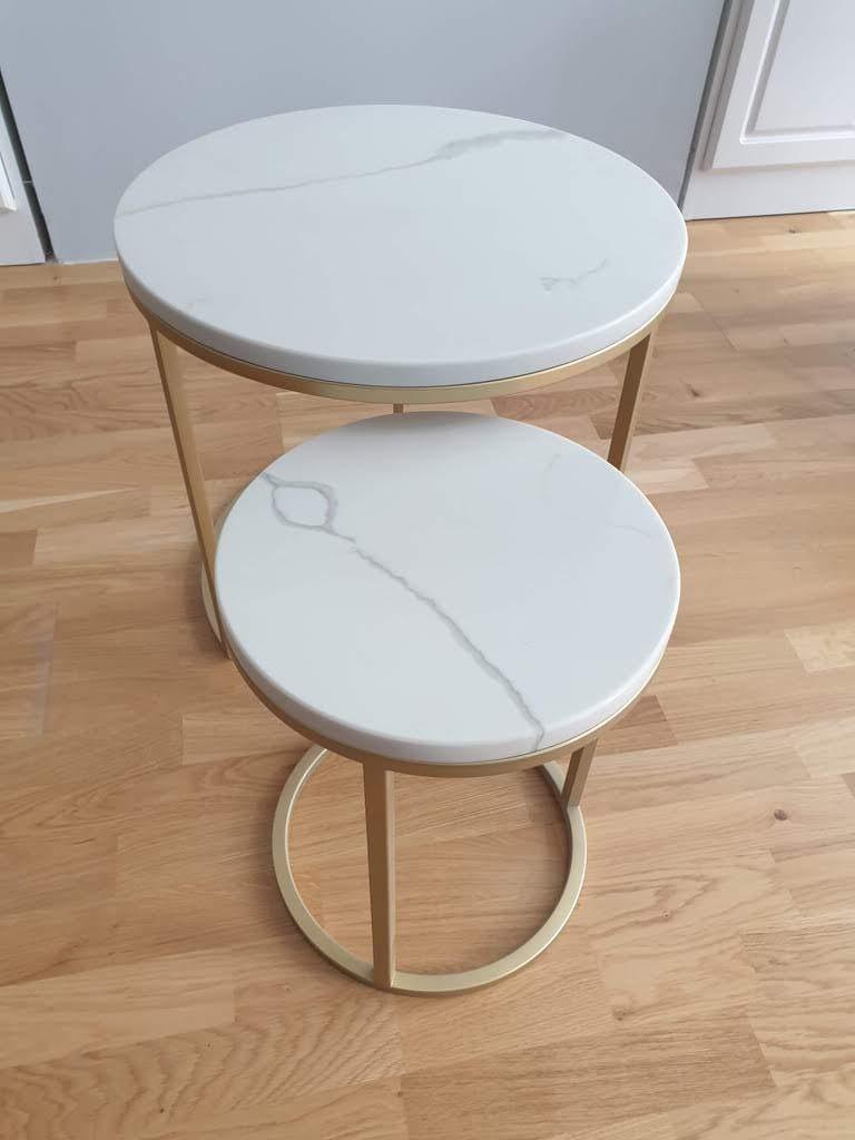 Set klub stolova od kvarca Calacatta i postoljem u zlatnoj plastifikaciji