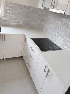 Kuhinja od belog mermera i kvarca po meri