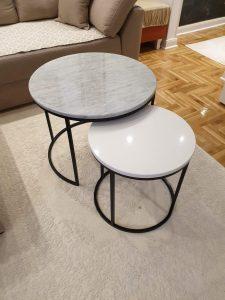 Set klub stolova od mermera carrara i belog kvarca, metalna plastifikacija u crnoj mat boji