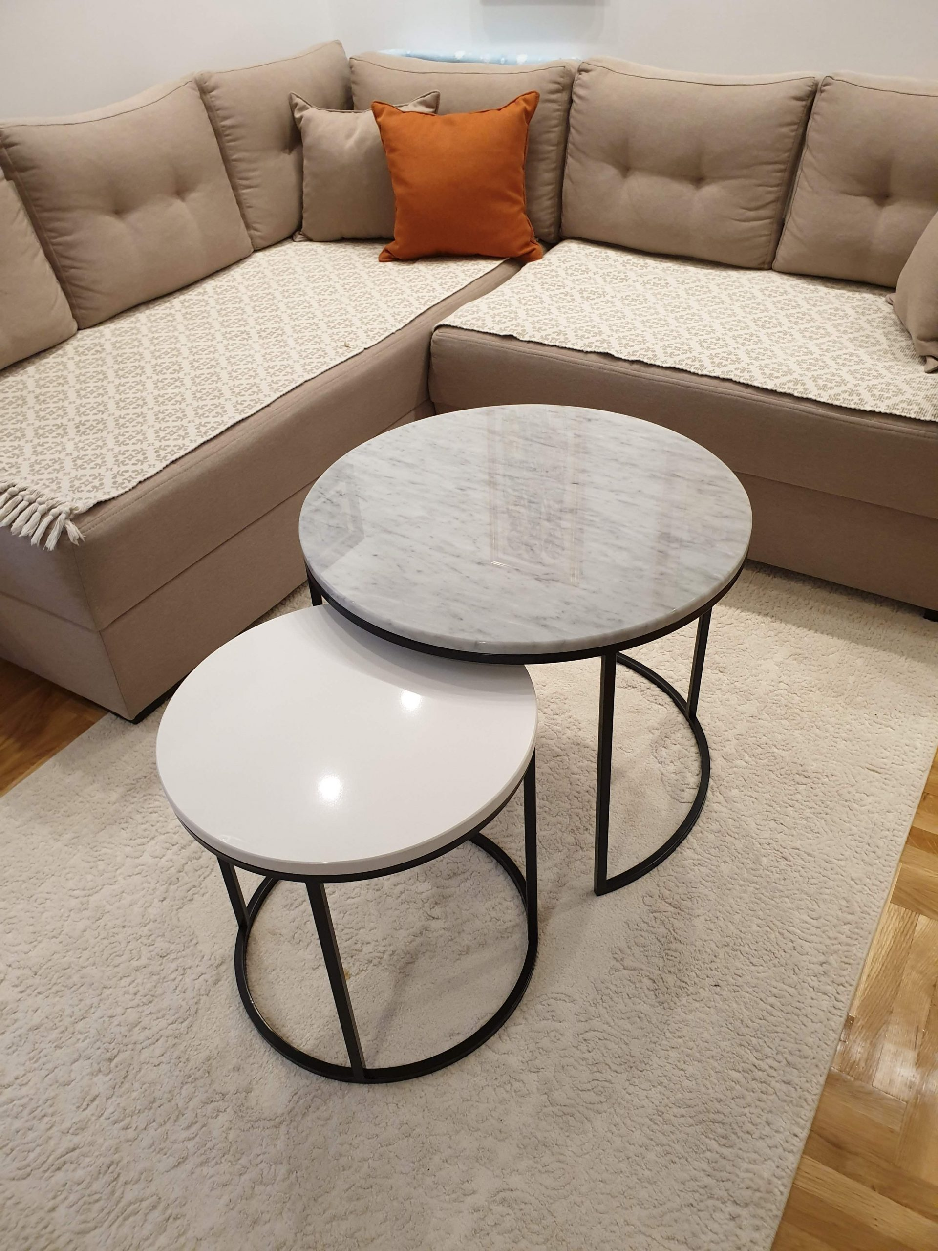 Beli klub stolovi od mermera i kvarca