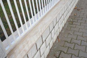 Oblaganje ograde od prirodnog travertina