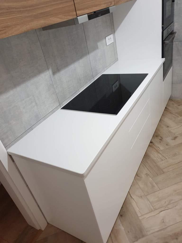kuhinjska radna ploča od belog kvarca sa otvorom za grejnu ploču