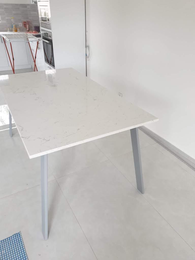 trpezarijski sto od belog mermera