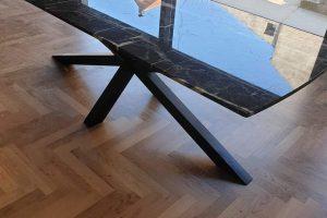 Trpezarijski sto od crno belog mermera