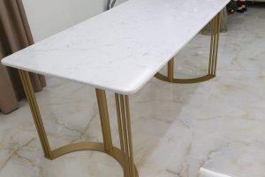 Unikatni trpezarijski sto od belog mermera, postolje od metala zlatna plastifikacija