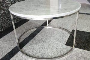 Klub sto od prirodnog belog mermera tipa carrara okrugli oblik, postolje od poliranog inoxa visok sjaj