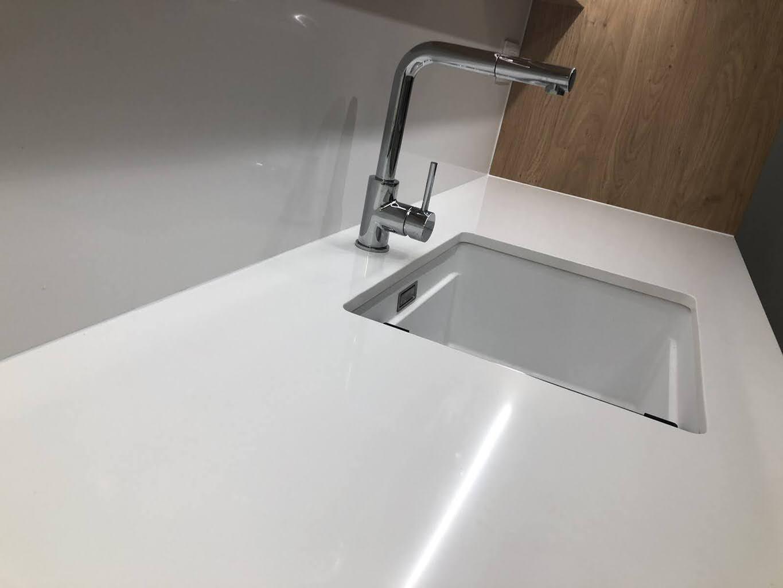 beli kvarc izgled otvora za sudoperu