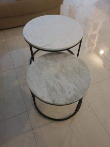 set klub stolova od belog i sivog mermera