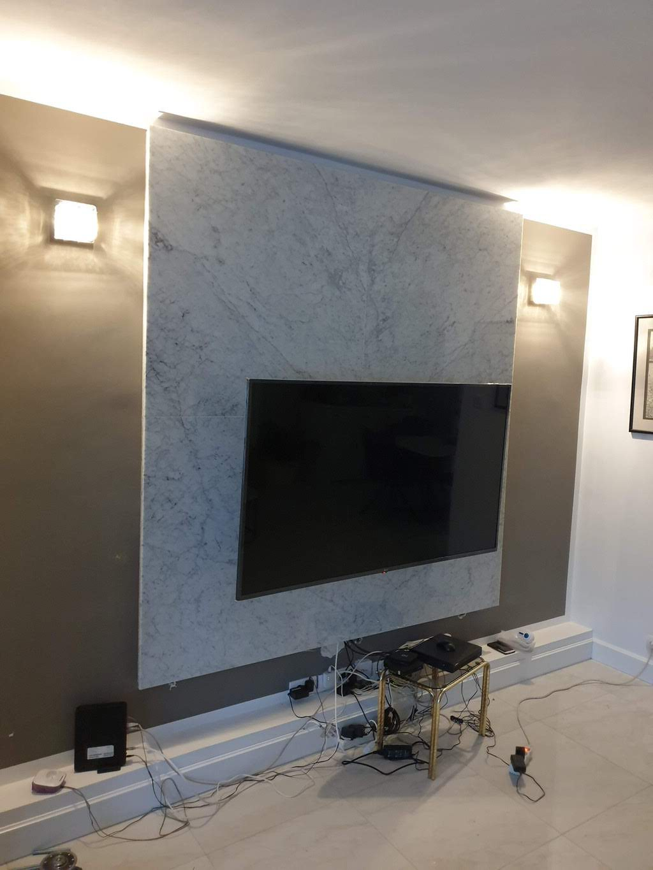 obloga na zidu kod tv-a od belog mermera