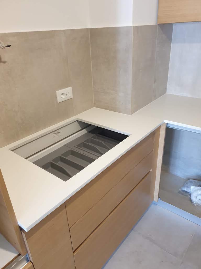 bela kvarcna ploca za kuhinju