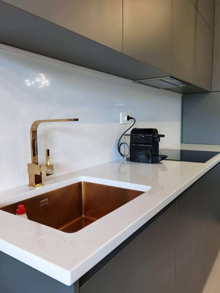 kuhinjske-radne-ploce-kvarcit-supreme-white